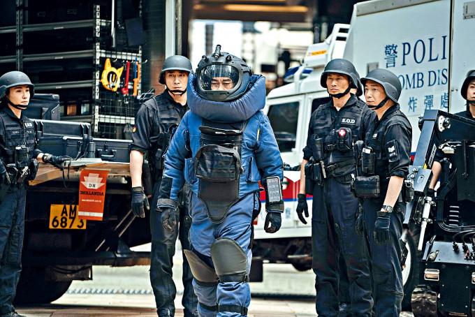 青雲在戲中要穿着重達70磅的裝備到處拆彈。