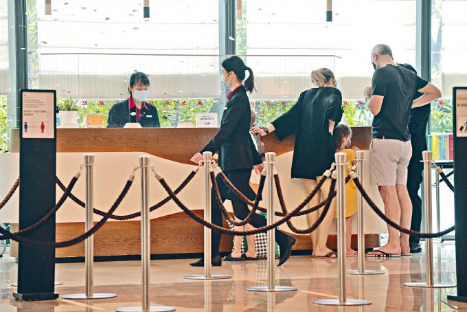 旅發局推出全新「賞你住」活動,市民消費滿八百元,就可換取價值五百元酒店住宿折扣。