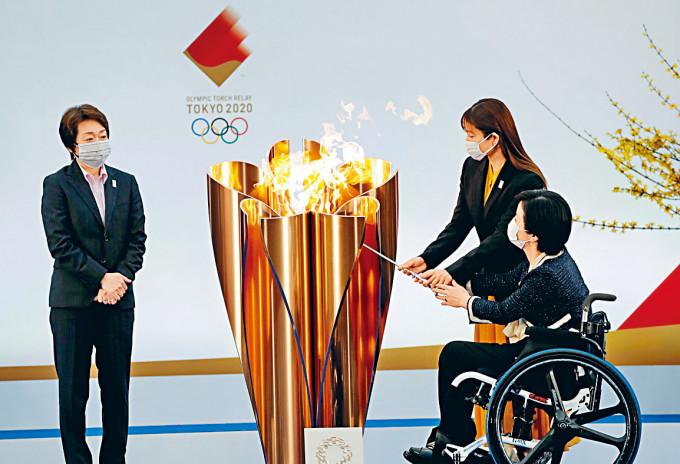 東奧組委會主席橋本聖子(左)見證石原聰美和田口亞希燃點聖火。