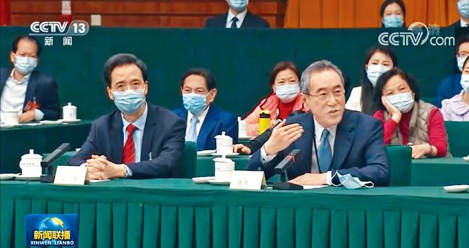唐英年(右)在會上「插話」,詢問韓正有關香港與內地通關的事宜。
