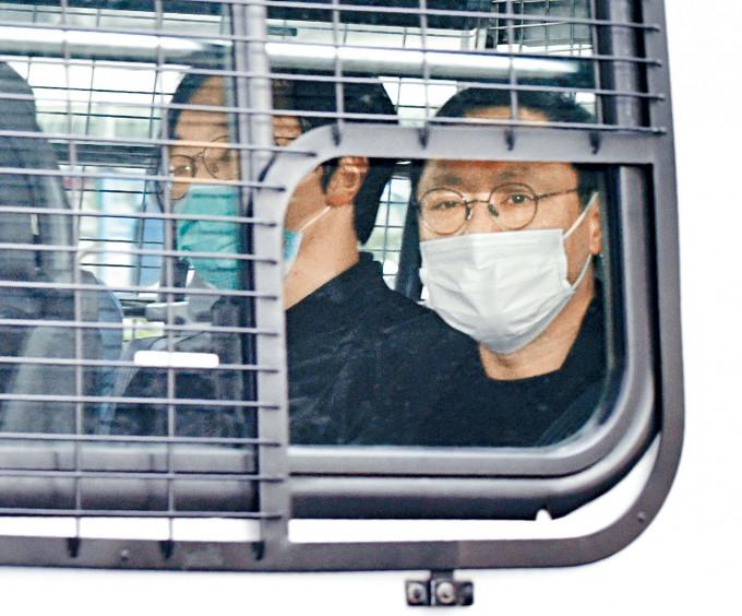 通宵扣查的涉案被告林景楠(左)和戴耀廷(右)由警車解往法院。