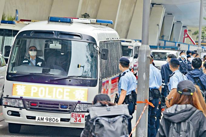 通宵扣查被告由警車解送到庭。