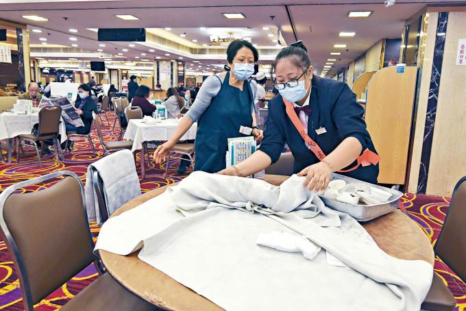 食肆須安排專職員工負責收拾及消毒使用過的餐具及隔板。
