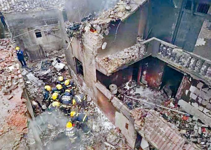 民房損毀嚴重。