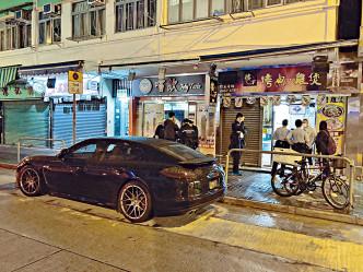 傷者駕駛的跑車停泊在現場食肆外。