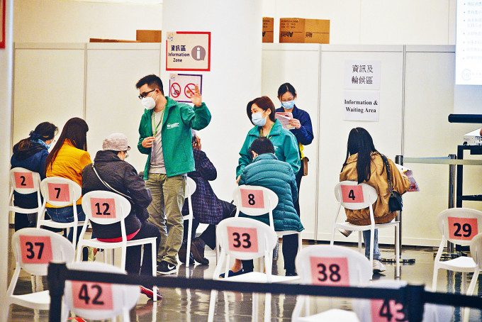 市民到接種中心接種科興疫苗,整體數字較前日減少。