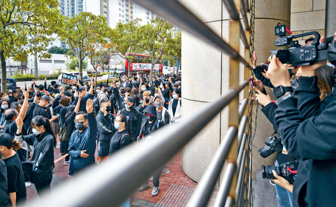 眾被告西九龍法院應訊,逾五百人庭外聚集聲援。