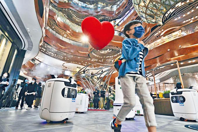 商場添置智能消毒機械人,全日在館內噴灑消毒劑。
