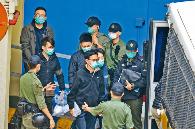 楊岳橋(後左)等四名公民黨被告已退黨,申保審訊再延長。