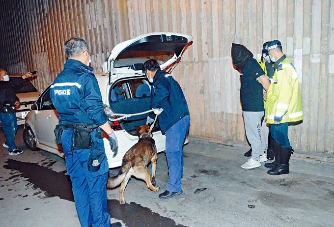 涉嫌被捕司機協助警方搜車起出毒品。