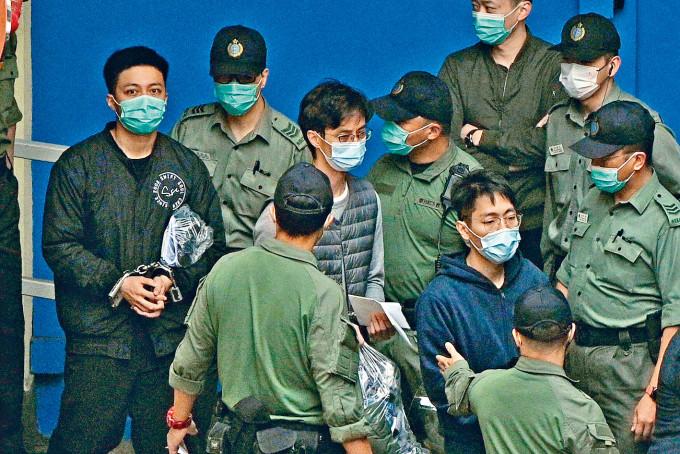 (左起)李予信、柯耀林及伍健偉被押上囚車前往高院應訊。