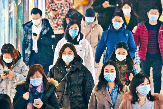 雖多日沒有本地病例,北京民眾出行仍戴口罩。