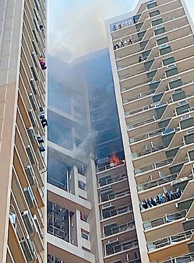 秀茂坪邨秀和樓起火單位窗戶噴出火舌,且冒出滾滾濃煙。