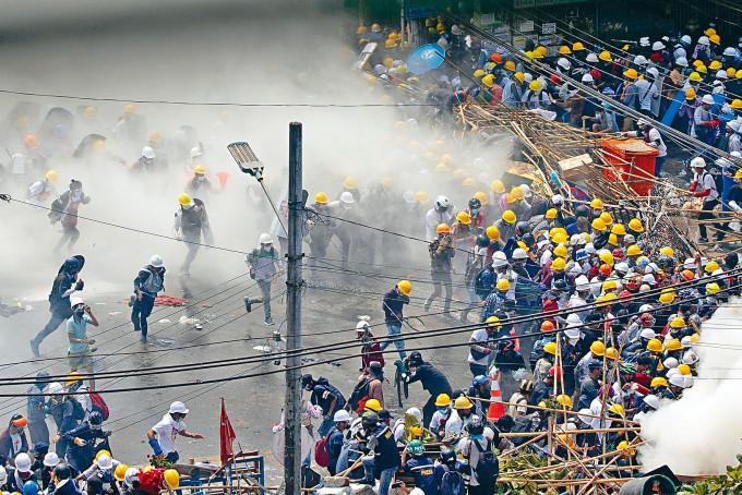 示威者周二繼續在仰光集會,警察發射催淚彈驅散。