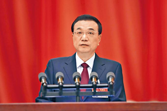 李克強發表政府工作報告,把今年經濟增長目標定於百分之六以上。