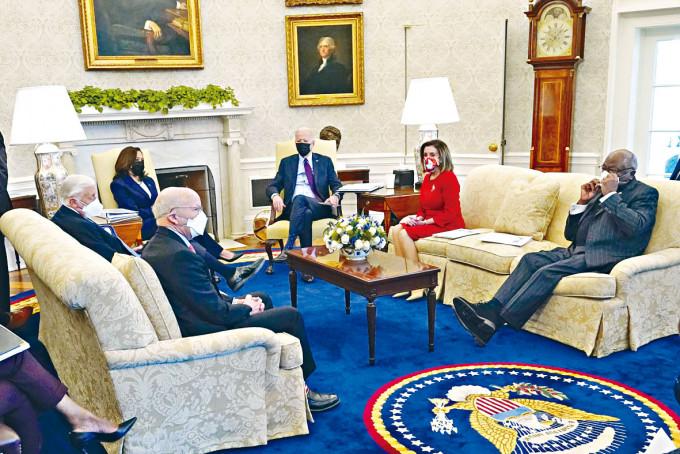 拜登上月底在白宮與數名眾議員談話。