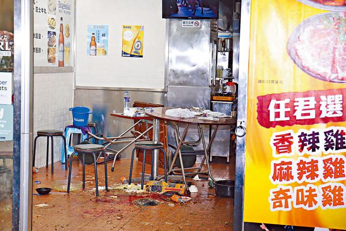 現場食肆一片混亂,地上遺下血迹。