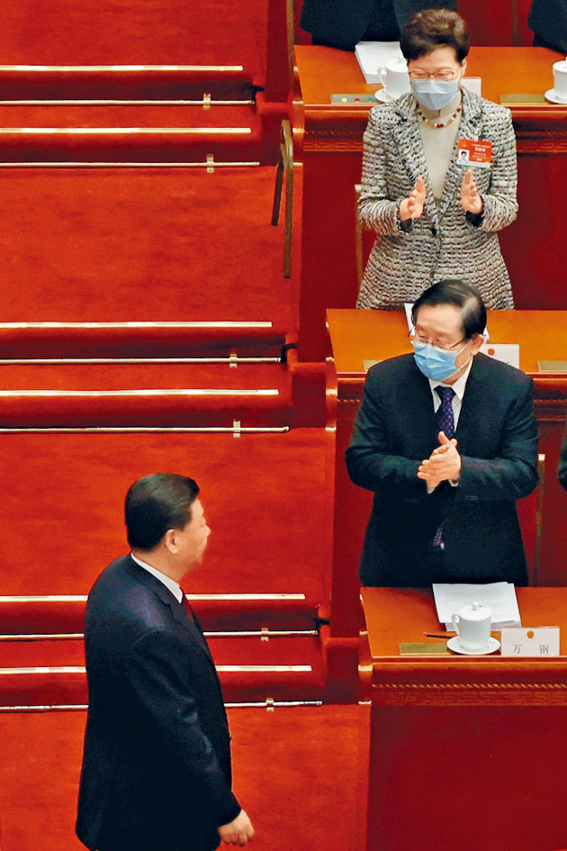 國家主席習近平步過,特首林鄭月娥拍掌。