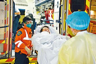姓鄧男子在食肆遭三名刀手狂斬,重傷昏迷送院。