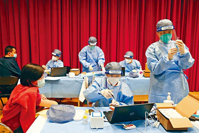 北京一名醫護人員準備接種第二劑新冠疫苗。