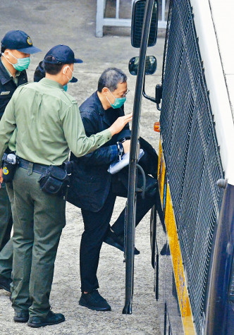 戴耀廷由囚車解往法院。