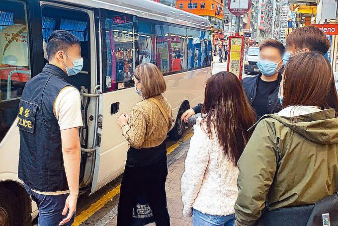 四名涉嫌在按摩院工作的越南籍女子被捕助查。