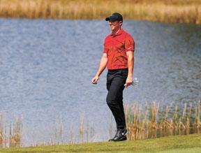 前球王麥克羅伊穿上紅色襯衫黑色褲子表達對老虎活士的支持。網上圖片