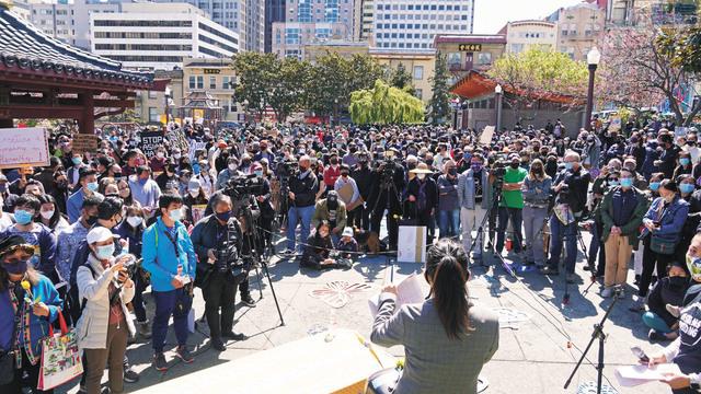 華埠花園角廣場匯聚了不同族裔社區民眾,譴責對亞太裔的族裔仇恨和暴力。記者黃偉江攝