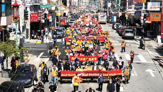 上千人組成的遊行隊列浩浩蕩蕩,從華埠士德頓街向聯合廣場出發。記者黃偉江攝