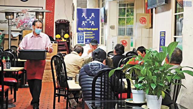 華埠萬壽宮迎來了久違的室內茶客。 記者黃偉江攝
