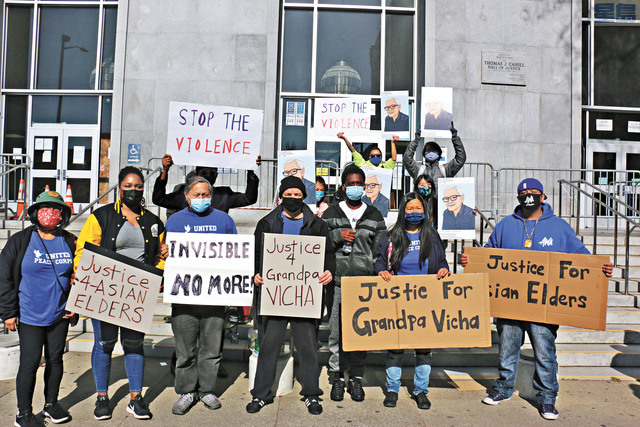 各族裔社區到司法大樓外集會支持死者Vicha家人。 記者彭詩喬攝