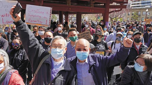 左起:中華總會館商董李殿邦、中華總商會董事陳傑民加入抗議行列。記者黃偉江攝