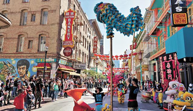 柔功門弟子在周末步行街上踩著振奮人心的鼓點進行舞獅表演,聚集了不少遊客。                                                                記者黃偉江攝