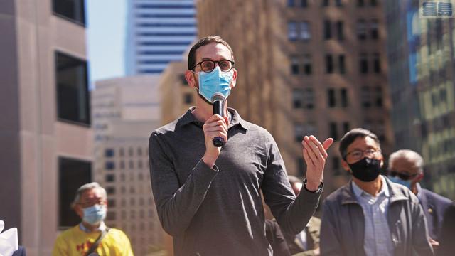 州參議員威善高在聖瑪麗廣場的悼念集會上發言。 記者黃偉江攝