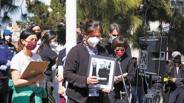 為仇視暴力事件中受害者默哀。                          記者黃偉江攝