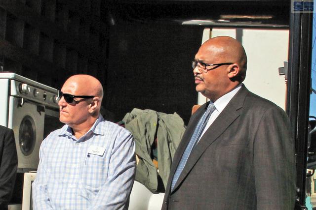 涉嫌勾結提高市民垃圾費的綠源再生前經理喬斯提(左)和市府前工務局長奴魯。本報資料圖