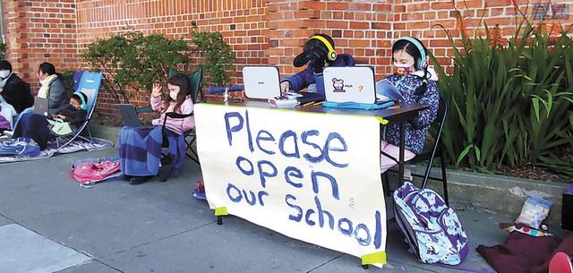 學童參與「Zoom-in mornings」,抵受寒風堅持上網線。記者李兆庭攝