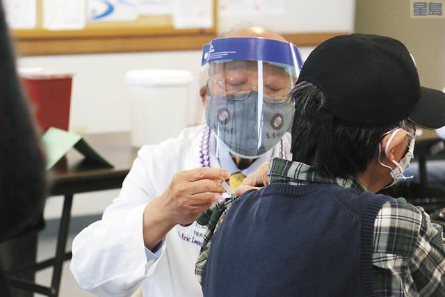 梁禮崇醫生為長者接種疫苗。記者彭詩喬攝