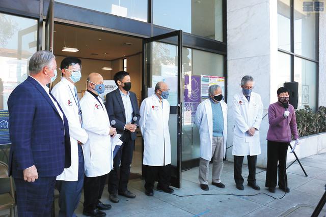 美亞醫療集團5名醫生(穿白袍)在安老自助處為長者接種疫苗,行政總監鍾月娟(右一)和市參事馬兆明(左四)表示感謝。記者彭詩喬攝