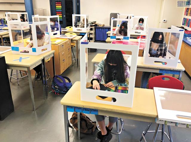 州議會通過法案,希望加州各地公校可盡快重開。圖為諾瓦多的Sinaloa初中上課情況,學生都保持社交距離,並有其他防疫措施。美聯社