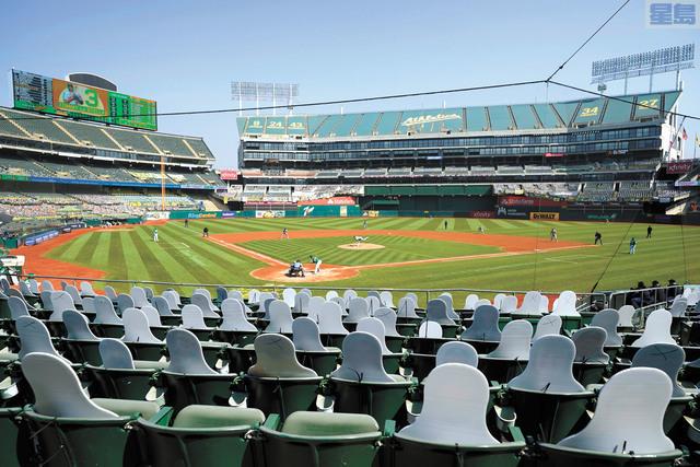 屋崙運動家隊球場將可有限度地讓球迷進場觀賽。圖為去年比賽時觀眾席放上人形紙牌。美聯社