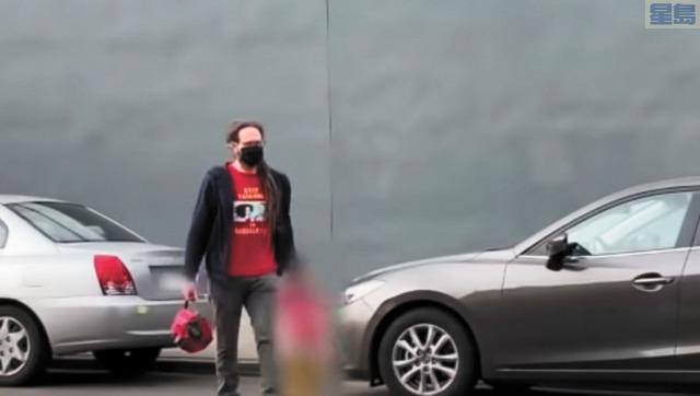 家長組織拍攝到柏克萊教師工會主席送女兒上托兒中心。視頻截圖