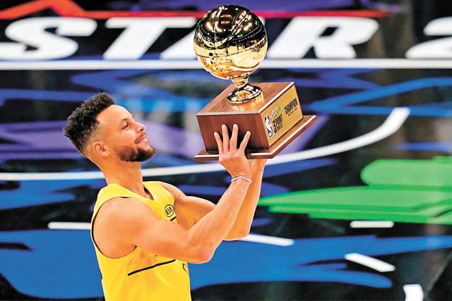 庫里生涯再次奪得三分大賽冠軍。美聯社
