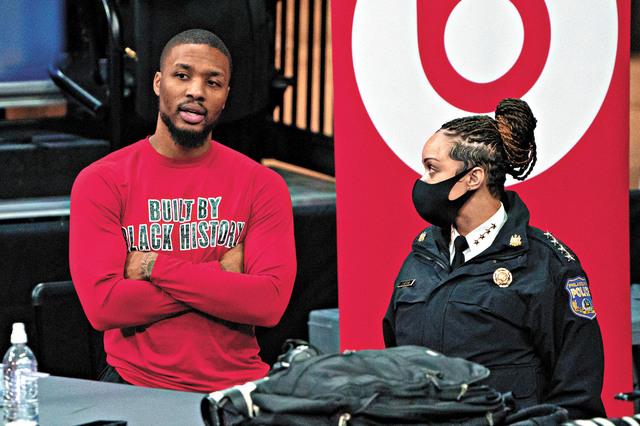 利拉德(左)與警察進行交談。資料圖片