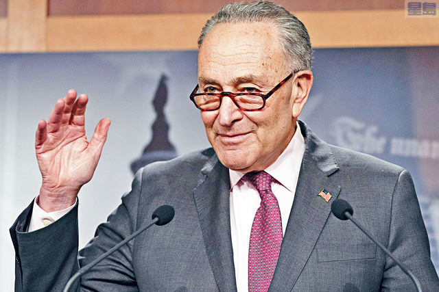 繼眾議院通過1.9萬億元抗疫紓困案後,參議院也將開始審議法案,希望能在3月中聯邦援助屆滿前,通過新的扶助措施。圖為參議院多數黨領袖舒默。    美聯社