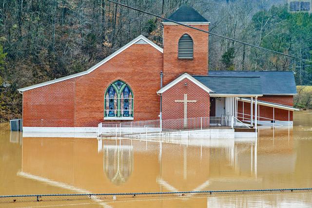 ■隨著阿帕拉契山脈雨雪向東移動,肯塔基州降雨超過2到3吋,道路淹水而無法通行。圖為肯州約翰遜縣一所教堂周圍氾濫成災。美聯社