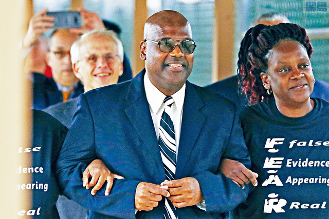 密西西比州第五巡迴法庭法官裁定,坐了23年冤獄的佛羅華斯(圖中)將獲得該州的最高賠償50萬美元。美聯社