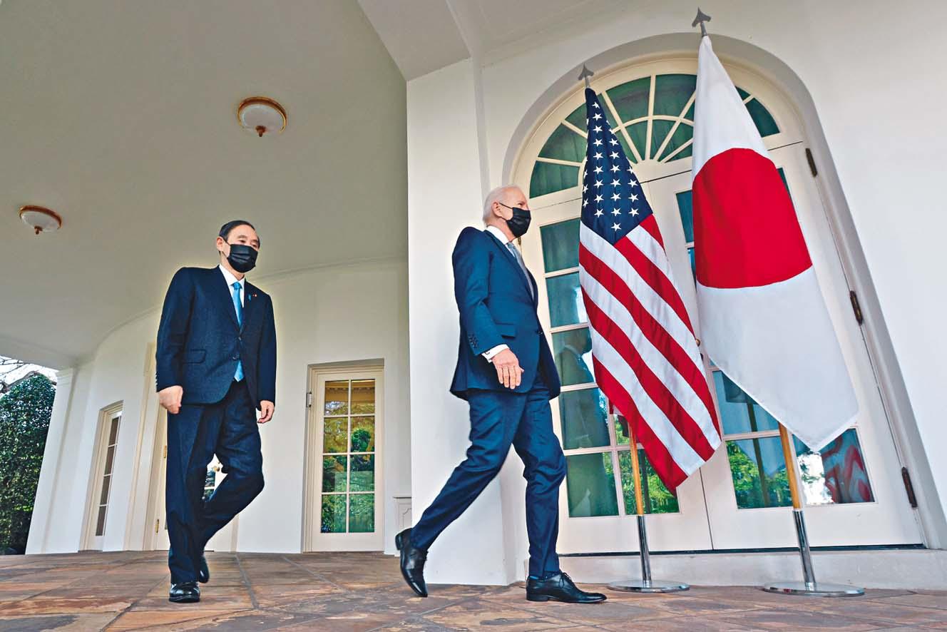菅義偉(左)跟在拜登(右)身後前往記者會場。