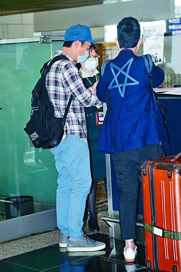 ■安仔與助手到櫃位辦理登機手續。