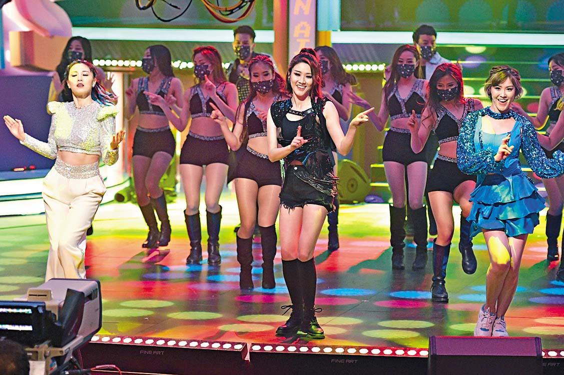 朱晨麗、劉佩玥及鄧佩儀壓軸展舞 姿,三人為今次表演落足力準備。